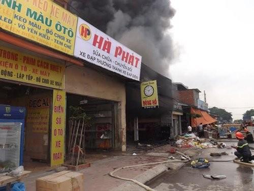 Cháy dữ dội cửa hàng phụ tùng xe máy, hàng trăm người nỗ lực dập lửa - anh 2