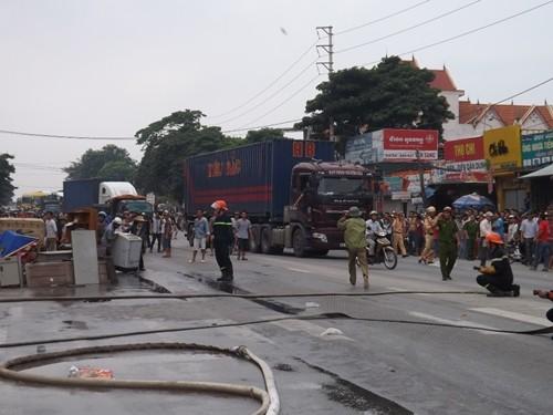 Cháy dữ dội cửa hàng phụ tùng xe máy, hàng trăm người nỗ lực dập lửa - anh 3