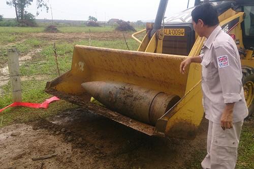 Quảng Trị: Phát hiện quả đạn pháo nặng gần 1 tấn còn nguyên kíp nổ - anh 2