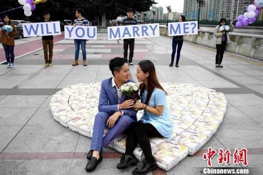Chàng trai dùng 4.500 miếng bỉm xếp thành hình trái tim cầu hôn bạn gái - anh 1