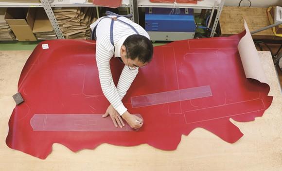 Quy trình làm cặp sách chống gù lưng tại Nhật Bản - anh 1