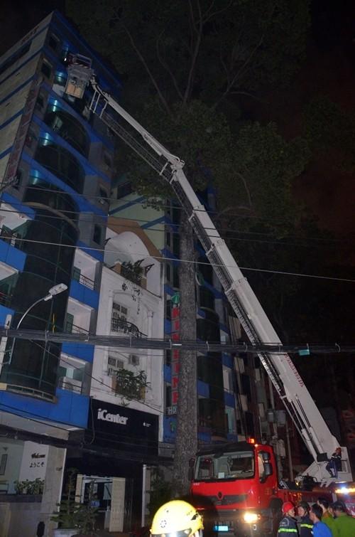 TP HCM: Cháy khách sạn, nhiều du khách mắc kẹt - anh 1
