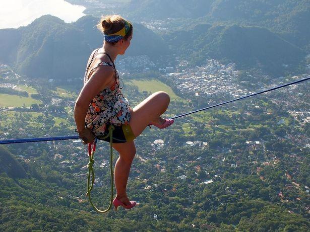 Thót tim cảnh cô gái mang giày cao gót bước đi trên không - anh 2