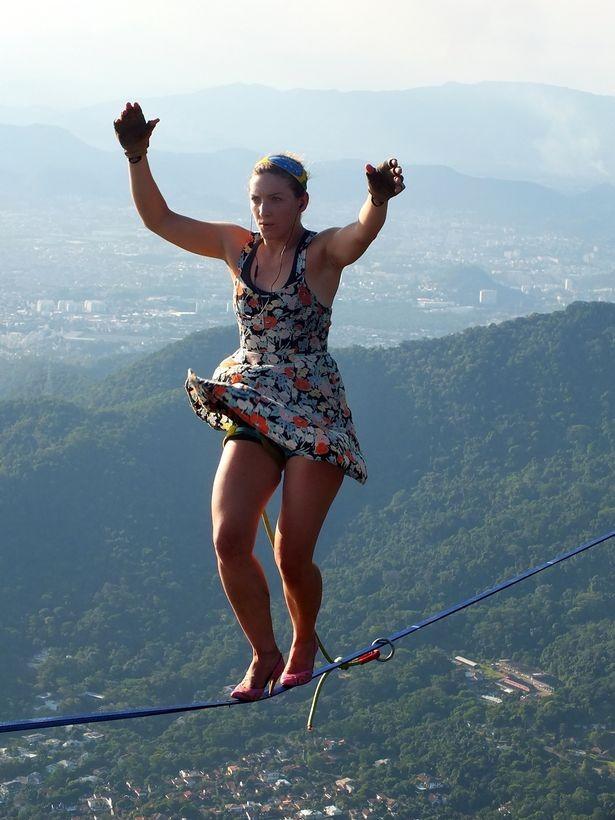 Thót tim cảnh cô gái mang giày cao gót bước đi trên không - anh 3