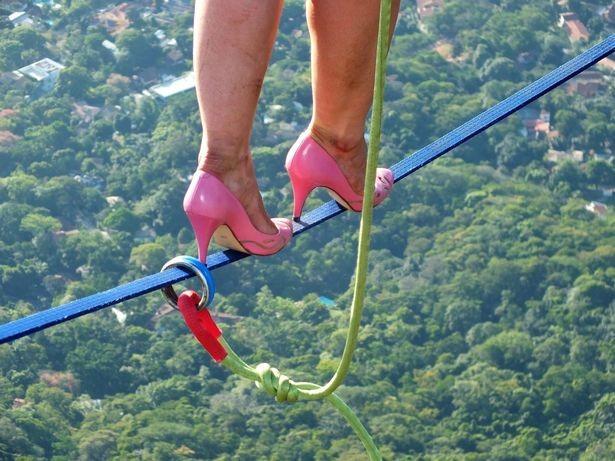 Thót tim cảnh cô gái mang giày cao gót bước đi trên không - anh 4