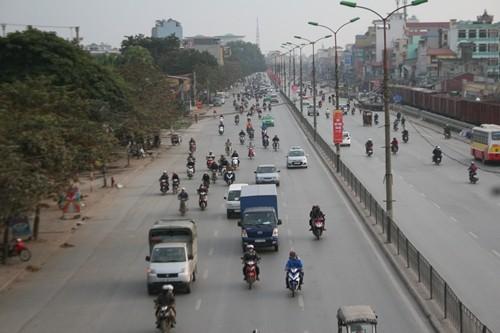 Dòng người đổ về Hà Nội sau kỳ nghỉ Tết dương kéo dài - anh 1