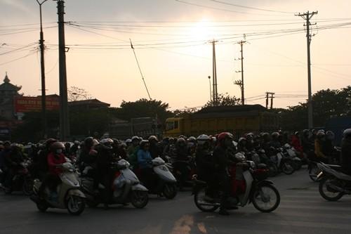 Dòng người đổ về Hà Nội sau kỳ nghỉ Tết dương kéo dài - anh 3