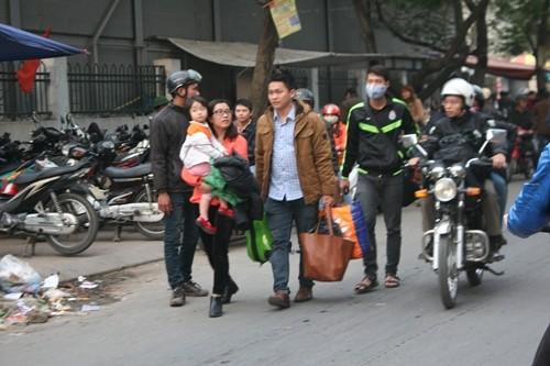 Dòng người đổ về Hà Nội sau kỳ nghỉ Tết dương kéo dài - anh 7