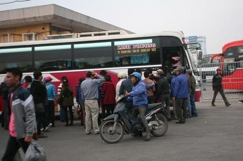 Dòng người đổ về Hà Nội sau kỳ nghỉ Tết dương kéo dài - anh 6