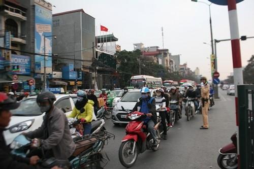 Dòng người đổ về Hà Nội sau kỳ nghỉ Tết dương kéo dài - anh 8