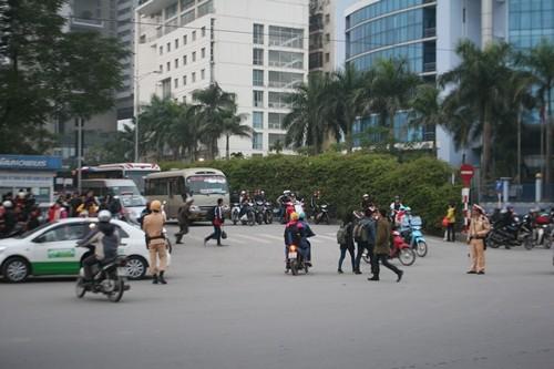 Dòng người đổ về Hà Nội sau kỳ nghỉ Tết dương kéo dài - anh 14