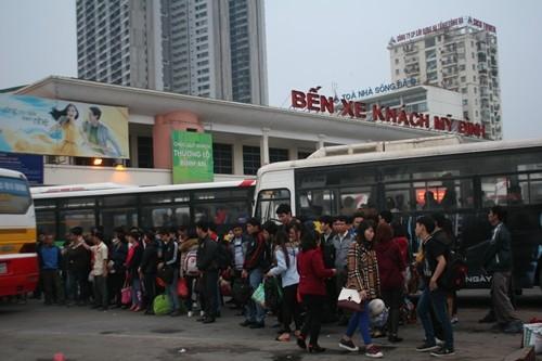 Dòng người đổ về Hà Nội sau kỳ nghỉ Tết dương kéo dài - anh 11