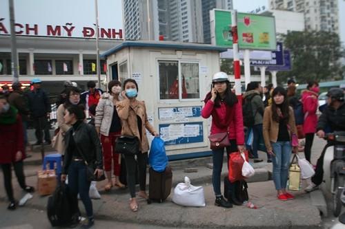 Dòng người đổ về Hà Nội sau kỳ nghỉ Tết dương kéo dài - anh 12