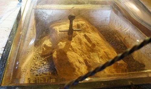 Huyền thoại về thanh gươm cắm ngập trong đá của San Galgano - anh 1
