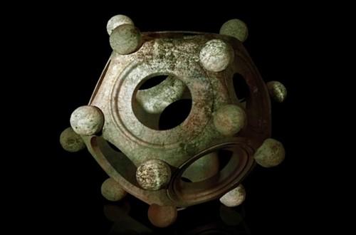 Điều gì ẩn chứa đằng sau khối mười hai mặt La Mã? - anh 1