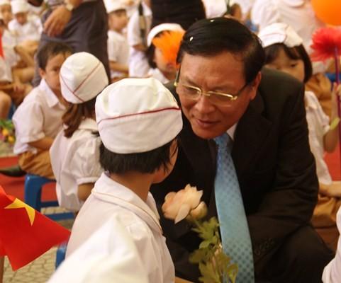 Khai giảng năm học 2015-2016: Đầy đủ nhẹ nhàng cho các em học sinh - anh 15