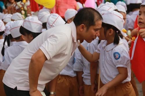 Khai giảng năm học 2015-2016: Đầy đủ nhẹ nhàng cho các em học sinh - anh 20