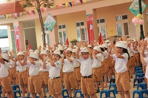 Khai giảng năm học 2015-2016: Đầy đủ nhẹ nhàng cho các em học sinh - anh 6