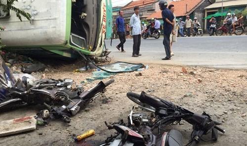 Xe buýt bất ngờ lật nhào khiến 1 người chết, 4 người bị thương - anh 1