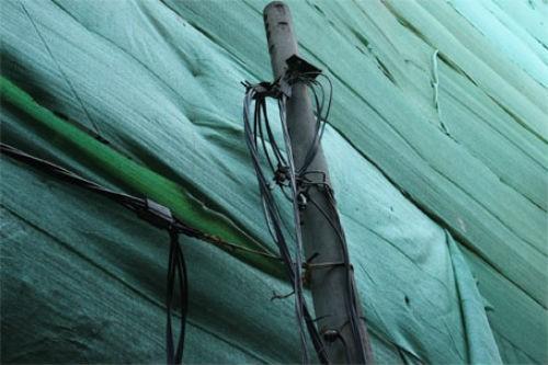 Hà Nội: Giàn giáo đổ sập từ tầng 11, đâm thủng mái nhà dân - anh 4