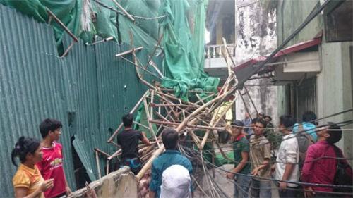 Hà Nội: Giàn giáo đổ sập từ tầng 11, đâm thủng mái nhà dân - anh 1