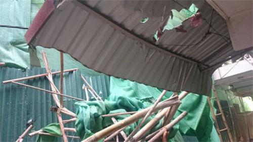 Hà Nội: Giàn giáo đổ sập từ tầng 11, đâm thủng mái nhà dân - anh 2