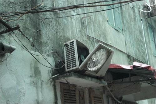 Hà Nội: Giàn giáo đổ sập từ tầng 11, đâm thủng mái nhà dân - anh 5
