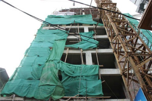 Hà Nội: Giàn giáo đổ sập từ tầng 11, đâm thủng mái nhà dân - anh 6
