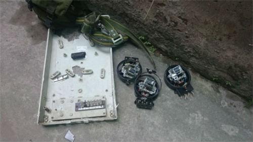 Hà Nội: Giàn giáo đổ sập từ tầng 11, đâm thủng mái nhà dân - anh 3