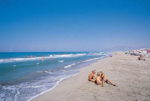 Bỏng mắt với 8 bãi biển khỏa thân sexy nhất châu Âu - anh 2