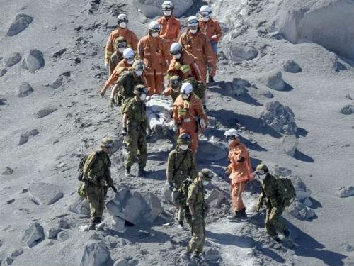Núi lửa bất ngờ phun trào ở Nhật Bản, ít nhất 31 người thiệt mạng - anh 1
