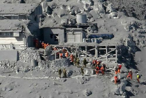 Núi lửa bất ngờ phun trào ở Nhật Bản, ít nhất 31 người thiệt mạng - anh 3