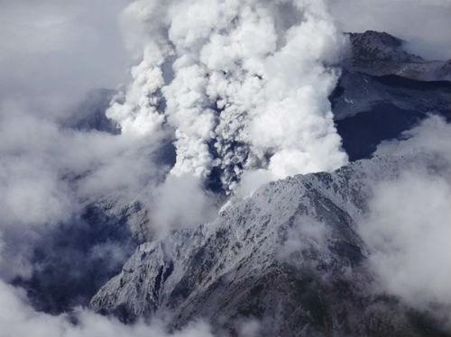 Núi lửa bất ngờ phun trào ở Nhật Bản, ít nhất 31 người thiệt mạng - anh 2