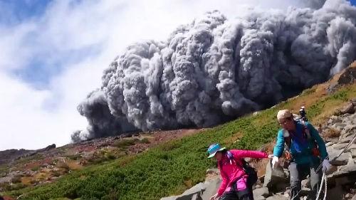 Ký ức kinh hoàng của nạn nhân suýt chết trong thảm họa núi lửa Nhật Bản - anh 1