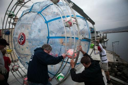 Hành trình điên rồ vượt 1.600km biển bằng bóng bơm hơi tự chế - anh 3