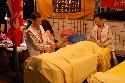 Dựng tóc gáy với kiểu massage bằng rắn và dao phay có '1-0-2' trên thế giới - anh 3