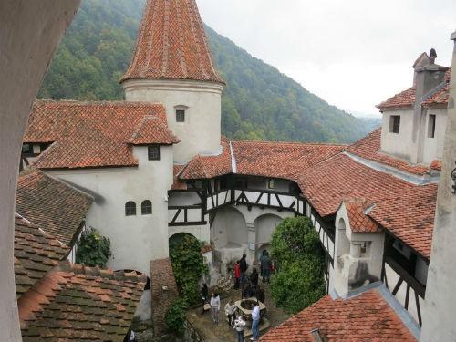 Khám phá bí mật bên trong tòa lâu đài Bá tước Dracula - anh 16