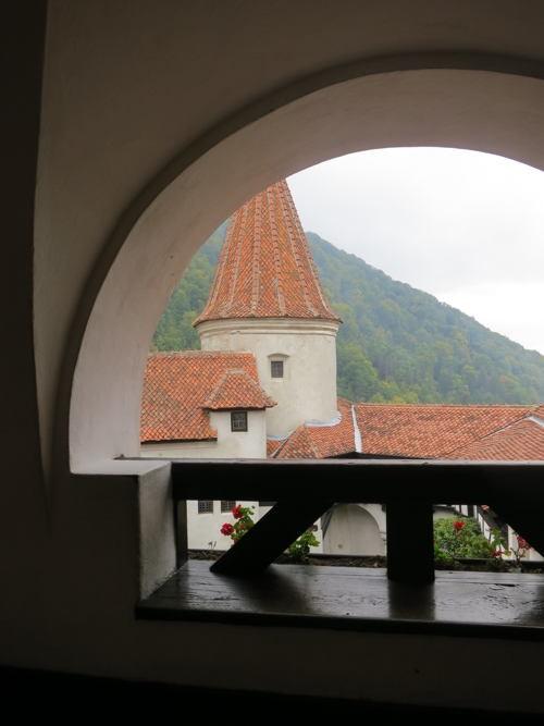 Khám phá bí mật bên trong tòa lâu đài Bá tước Dracula - anh 18
