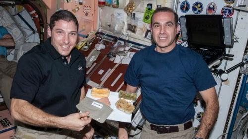 Bữa tiệc mừng Lễ Tạ ơn có '1-0-2' của phi hành gia trên Trạm ISS - anh 4