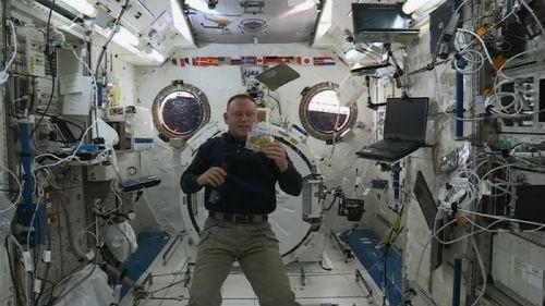 Bữa tiệc mừng Lễ Tạ ơn có '1-0-2' của phi hành gia trên Trạm ISS - anh 2