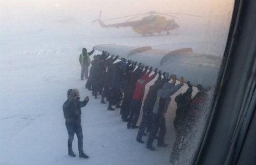 74 hành khách dùng tay đẩy máy bay bị đóng băng trong nhiệt độ -52 độ - anh 2