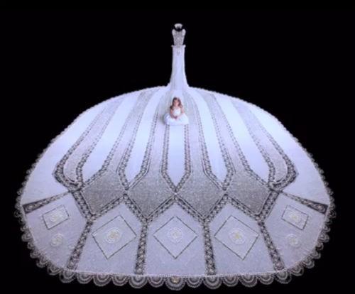 Nhà thiết kế mù và chiếc váy cưới nặng 170kg, đính 1 triệu hạt trang trí - anh 3