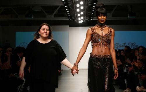 Nhà thiết kế mù và chiếc váy cưới nặng 170kg, đính 1 triệu hạt trang trí - anh 2