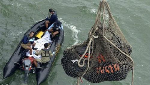 Vụ máy bay AirAsia QZ8501 rơi: 128 thi thể vẫn trôi vô định trên biển; Nỗ lực tìm kiếm hộp đen bắt đầu ngày 5/1 - anh 2