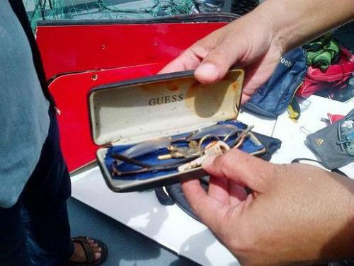 Vụ máy bay AirAsia QZ8501 rơi: Đội thợ lặn bất chấp mưa bão tìm kiếm mảnh vỡ máy bay; 123 người vẫn chưa được tìm thấy - anh 4