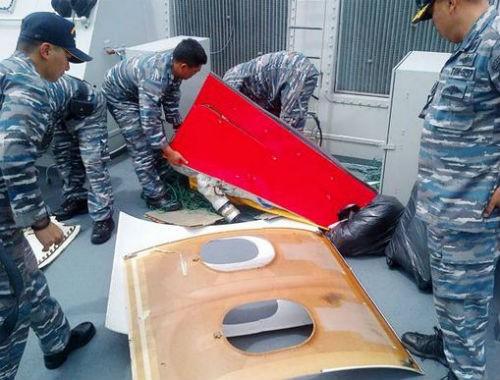 Vụ máy bay AirAsia QZ8501 rơi: Đội thợ lặn bất chấp mưa bão tìm kiếm mảnh vỡ máy bay; 123 người vẫn chưa được tìm thấy - anh 5