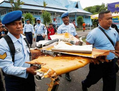Vụ máy bay AirAsia QZ8501 rơi: Đội thợ lặn bất chấp mưa bão tìm kiếm mảnh vỡ máy bay; 123 người vẫn chưa được tìm thấy - anh 3
