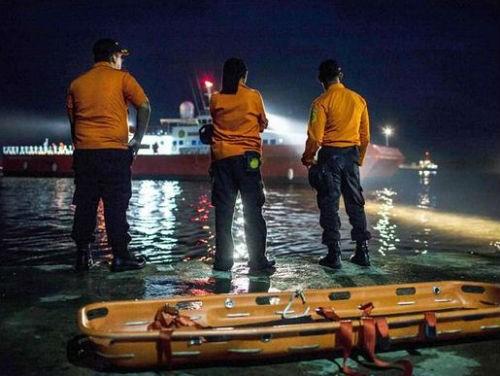 Vụ máy bay AirAsia QZ8501 rơi: Đội thợ lặn bất chấp mưa bão tìm kiếm mảnh vỡ máy bay; 123 người vẫn chưa được tìm thấy - anh 1