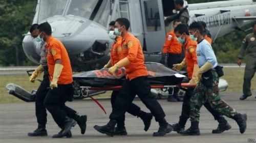 Vụ máy bay AirAsia QZ8501 rơi: Đội thợ lặn bất chấp mưa bão tìm kiếm mảnh vỡ máy bay; 123 người vẫn chưa được tìm thấy - anh 7