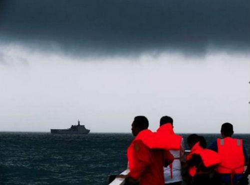 Vụ máy bay AirAsia QZ8501 rơi: Đội thợ lặn bất chấp mưa bão tìm kiếm mảnh vỡ máy bay; 123 người vẫn chưa được tìm thấy - anh 6